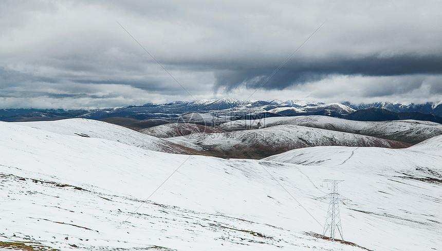 川西高原上辽阔的雪山图片
