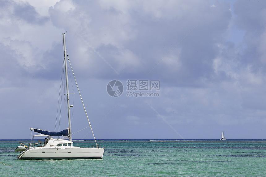 大海上的帆船图片