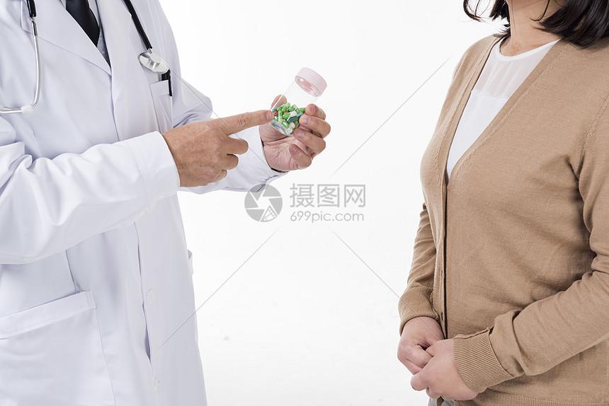 医生指导患者用药底图图片