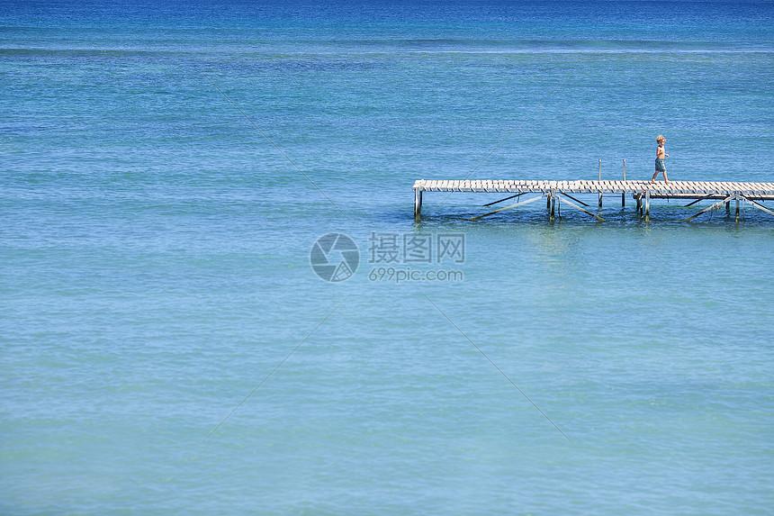 海边的一个小孩图片