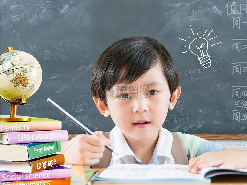 黑板前学习的小男孩图片