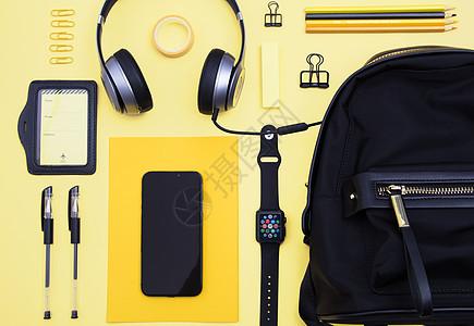 黄色背景上的数码产品和文具图片