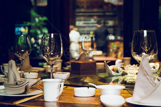 餐桌上的红酒杯图片