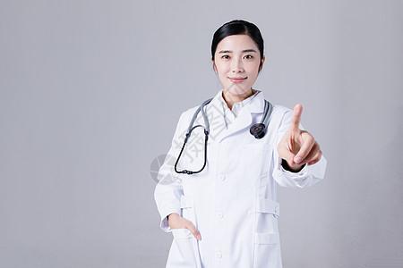年轻医生手指点触动作图片