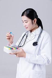 女医生拿着蓝色试管观察图片