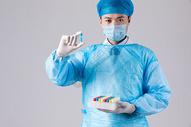 医生科学家观察蓝色液体图片