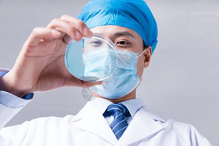 科学家手拿器皿研究观察液体图片