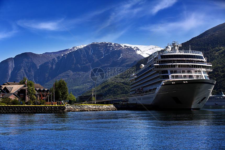 欧洲湖畔的轮船图片