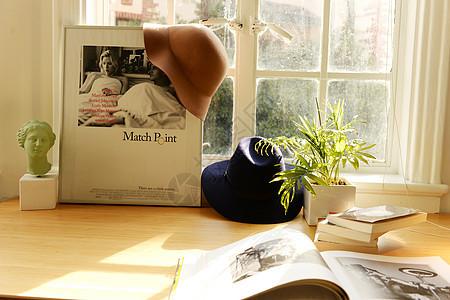 书桌上的静物图片