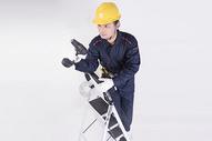 男子爬梯子工作底图图片