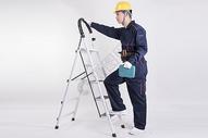 工人爬梯子动作底图图片