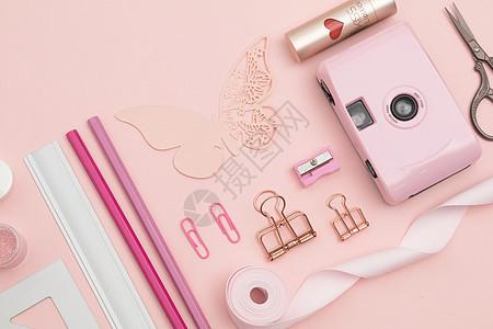 粉色背景上的文具图片