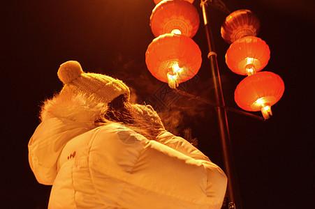 夜晚红色灯笼下的温暖女生图片