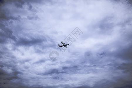 恶劣天气下的飞机图片