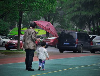 雨中给孩子打散的妈妈图片