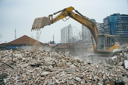 拆迁废墟与挖掘机图片