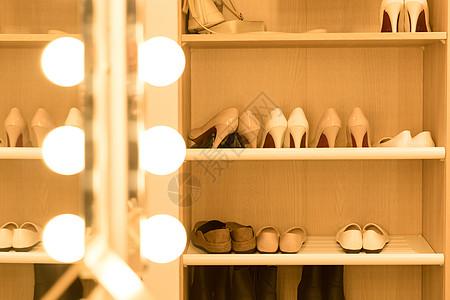女性高跟鞋鞋柜图片