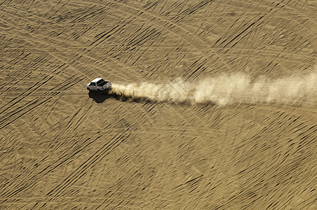 新疆沙漠越野汽车运动图片