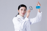 女医生科学家在做实验图片