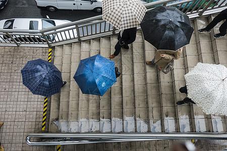 下雨天打伞图片