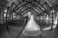 教堂结婚的新人图片