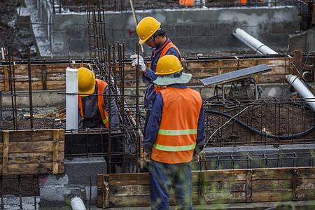 工地上工人在施工图片