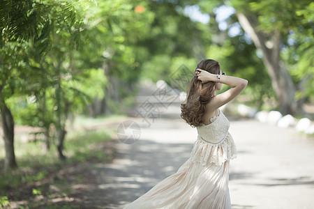 美女在森林图片