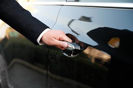商务人士开车门手部特写图片