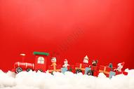 圣诞雪地里的玩具火车图片