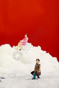 圣诞装置雪地里的小人高清图片
