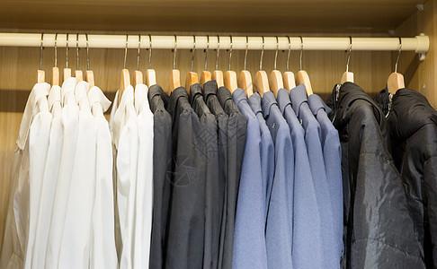 服装店衣架上摆放的衣物图片