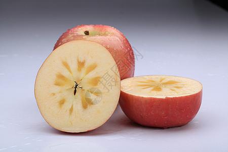 切开的冰糖心苹果图片