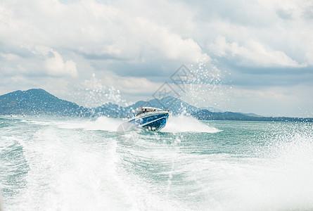 在海中飞驰的游艇图片