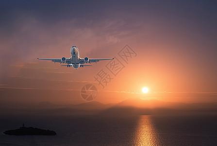 夕阳下的运输机图片