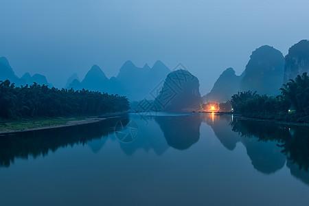 清晨如水墨画般的桂林漓江山水图片