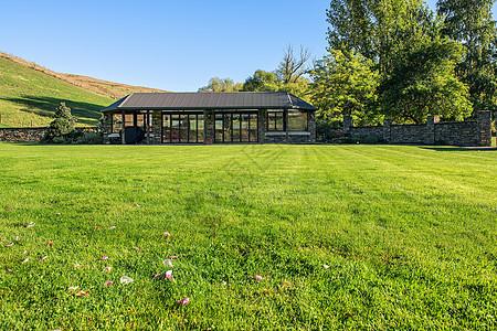 大草坪与玻璃房屋图片