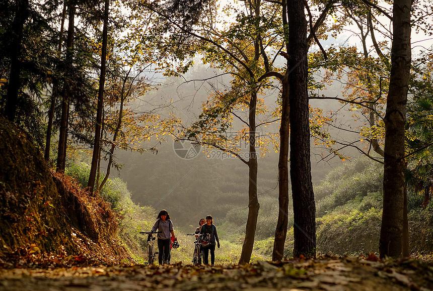 深秋山谷里休闲的人图片