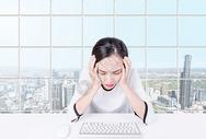 头疼的女性图片