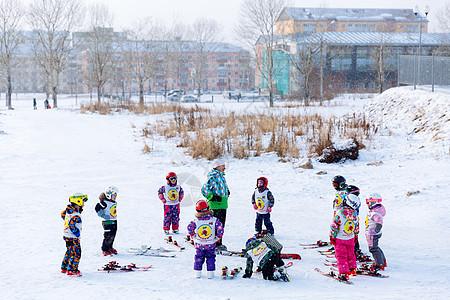冬天一群滑雪的小朋友图片