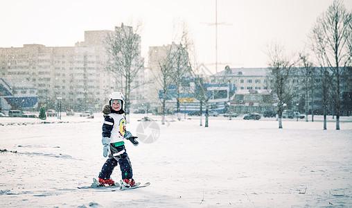 冬季学习滑雪的儿童图片