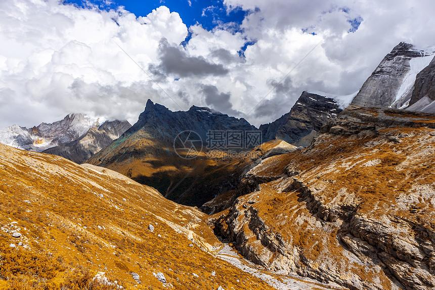 晴天下的山丘图片