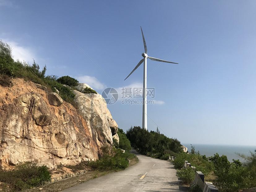 环岛路上的风车图片