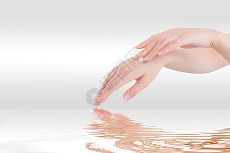 女性手上的润肤霜图片