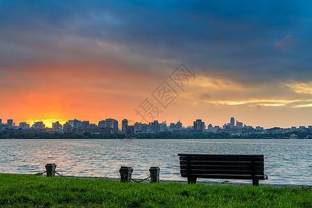 西湖清晨的第一缕阳光图片