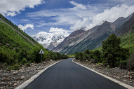 西藏高原群山中的公路图片