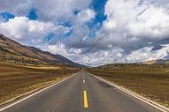 草原上通往雪山的公路图片
