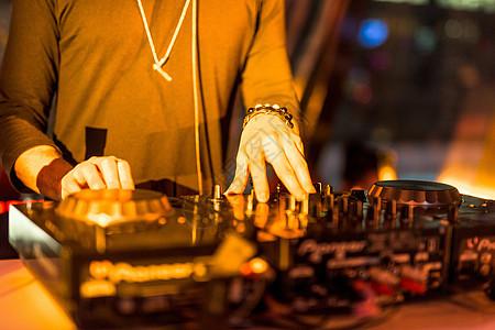 酒吧DJ打碟图片