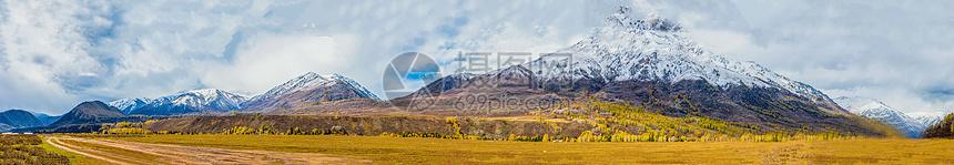 北疆秋色雪山全景图片