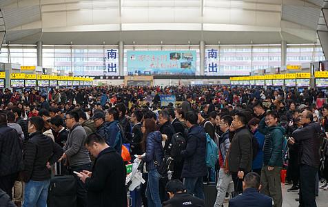 北京南站赶火车的人们图片