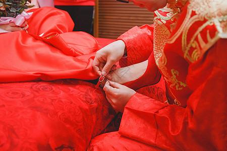 新郎给新娘穿婚鞋图片
